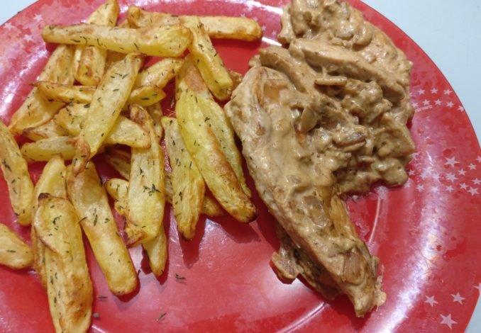 Assiette d'aiguillettes de poulet sauce moutarde avec frite