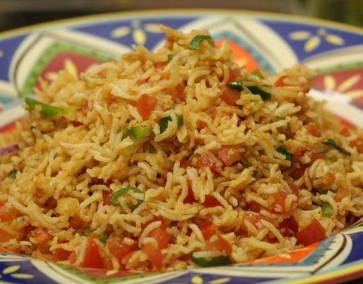 Assiette de riz biryani aux légumes